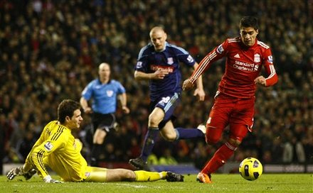 Liverpool's Luis Suarez, Right, Runs