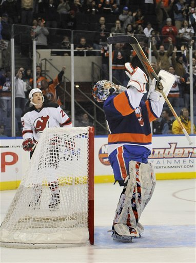 New York Islanders Goalie Rick DiPietro (39) Raises