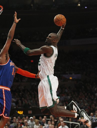 Boston Celtics' Kevin Garnett (5) Dunks