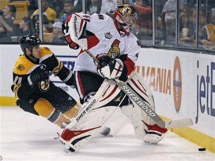 Boston Bruins' Chris Clark, Left, Tries