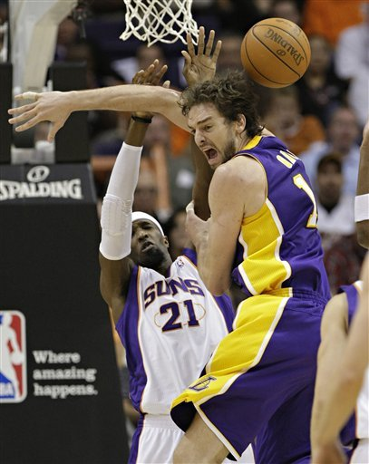 Los Angeles Lakers Forward Pau Gasol, Of Spain, Loses The Ball As Phoenix Suns Power Forward Hakim Warrick (21) Defends