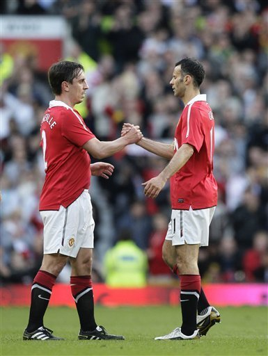 Manchester United''s Ryan Giggs, Right, Shakes