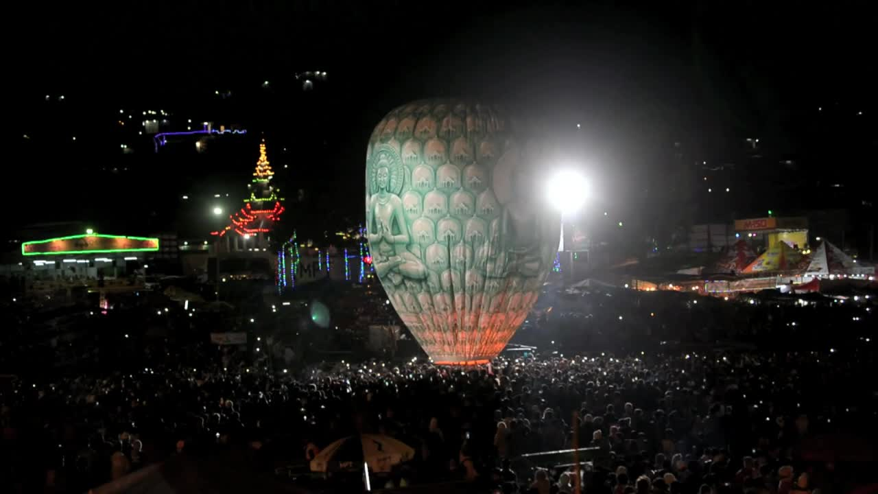 Crowds dice with death at Myanmar's explosive fire balloon festi [Video]