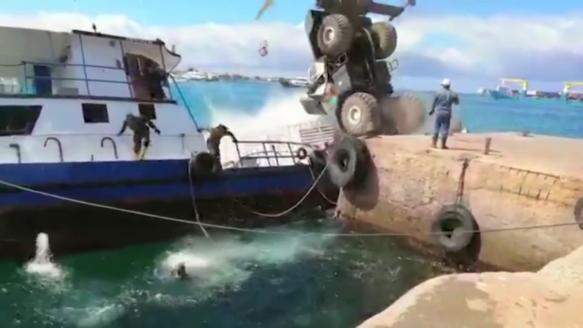 Sunken boat still spilling diesel off Galapagos