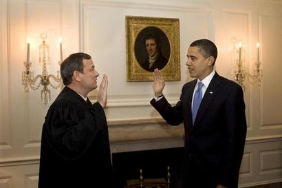 John G. Roberts Jr.第二次在白宫1月21日的地图室向总统巴拉克奥巴马管理办公室宣誓