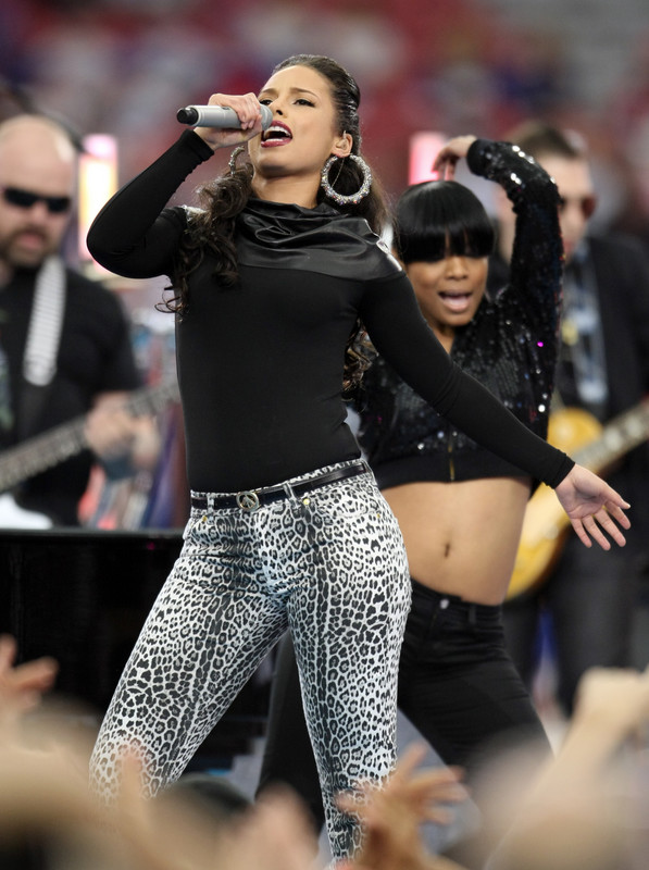 Alicia Keys performs prior to the kickoff of Super Bowl XLII between the New York Giants against the New England Patriots at the University of Phoenix Stadium in Glendale, Arizona 3 February , 2008. AFP PHOTO / Timothy A. CLARY (Photo credit should read TIMOTHY A. CLARY/AFP/Getty Images)