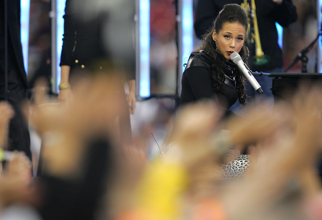 GLENDALE, AZ - FEBRUARY 03: Musician Alicia Keys performs before Super Bowl XLII between the New York Giants and the New England Patriots on February 3, 2008 at the University of Phoenix Stadium in Glendale, Arizona. (Photo by Streeter Lecka/Getty Images)