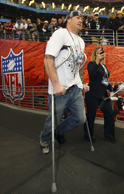 GLENDALE, AZ - FEBRUARY 03: An injured Jeremy Shockey of the New York Giants walks out to the field on crutches before Super Bowl XLII against the New England Patriots on February 3, 2008 at the University of Phoenix Stadium in Glendale, Arizona. (Photo by Donald Miralle/Getty Images)