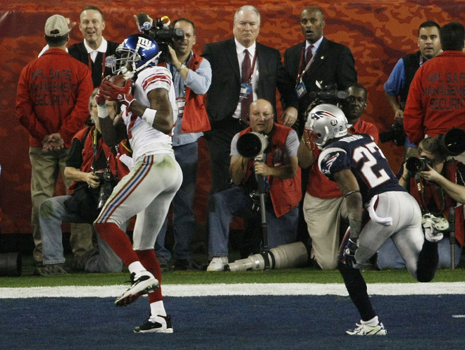 GLENDALE, AZ - FEBRUARY 03: Wide receiver Plaxico Burress #17 of the New York Giants catches a 13-yard touchdown pass in the fourth quarter over Ellis Hobbs #27 of the New England Patriots during Super Bowl XLII on February 3, 2008 at the University of Phoenix Stadium in Glendale, Arizona. (Photo by Win McNamee/Getty Images)